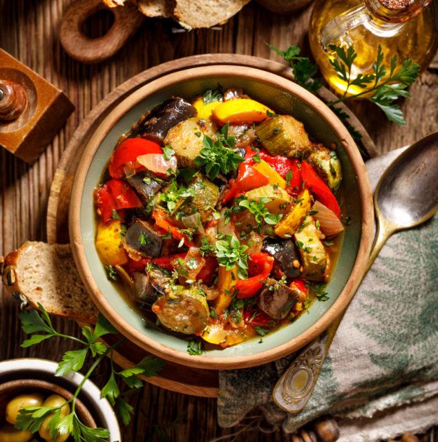 Auberginen, Eintopf, Gemüse, Gemüseeintopf, geschmort, Glutenfrei, Laktosefrei, Paleo, Paprika, Ratatouille, Ratatouille - so einfach geht der französische Gemüseeintopf, Ratatouille-Rezept, Tomaten, vegan, Vegetarisch, Zucchini, Zwiebeln,