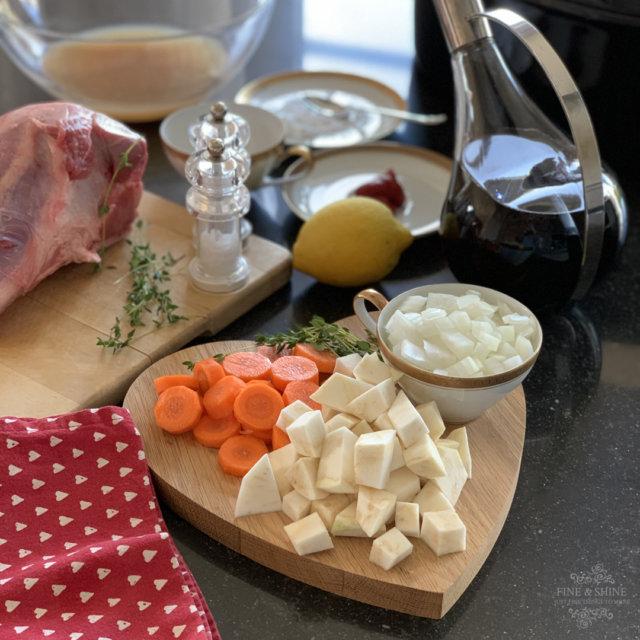 Möhren, Sellerie und Zwiebeln klein geschnitten