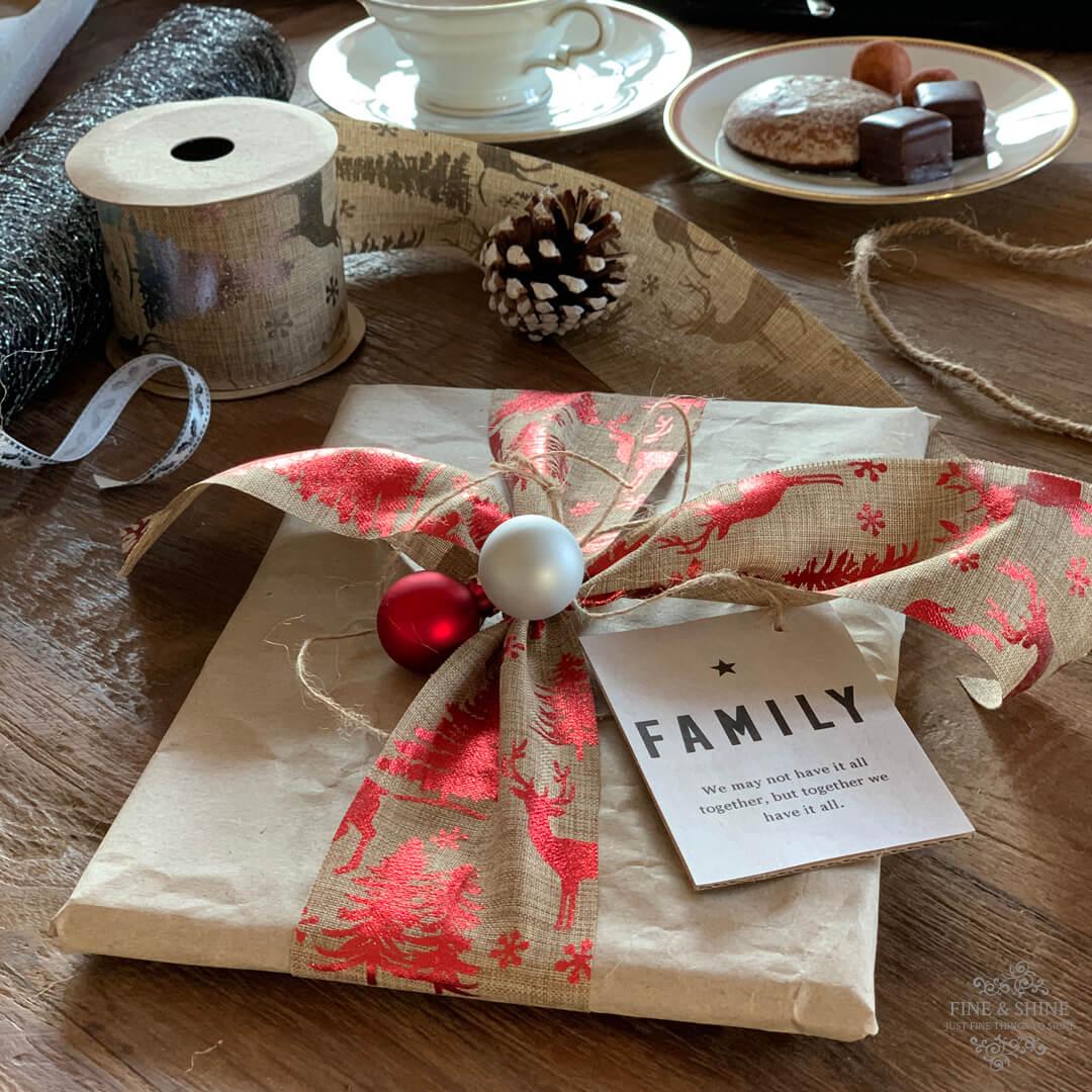 Wie du aus altem Packpapier schöne Weihnachtspäckchen gestalten kannst