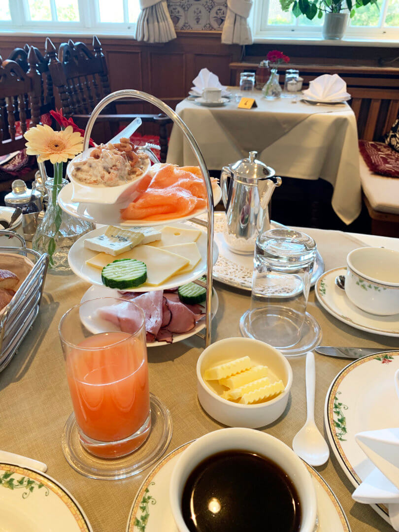 Etagere mit Frühstück