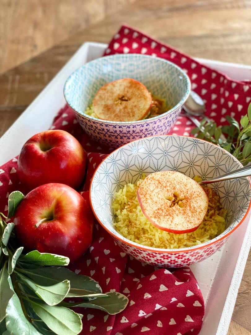 Kurkuma Reis und Apfelscheiben mit Zimt
