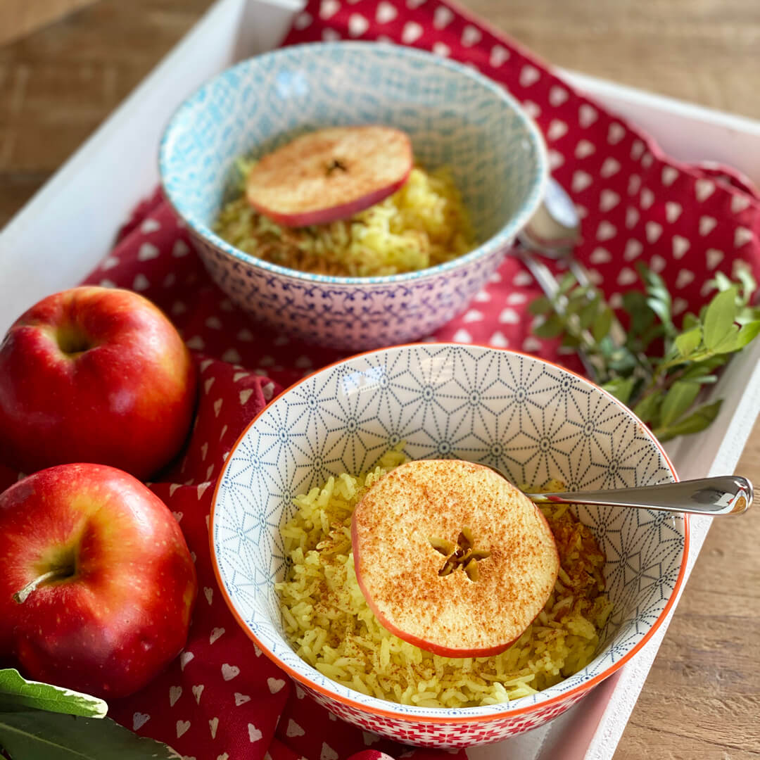 Leckere Frühstücksidee: Kurkuma Milchreis mit Apfel-Zimt-Scheiben