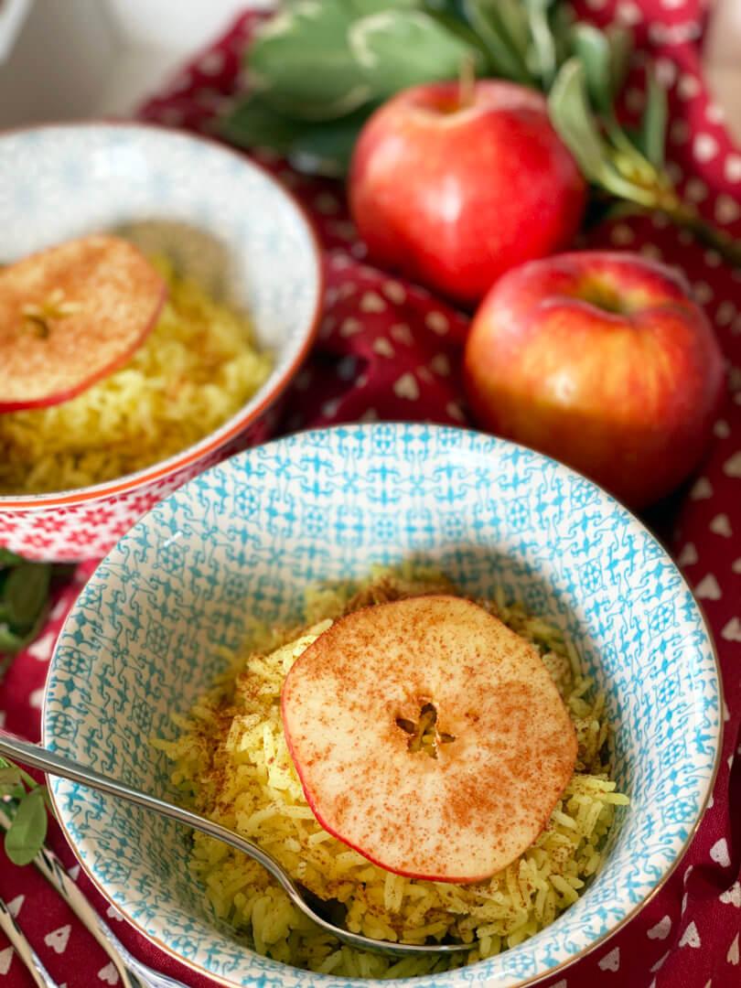 Kurkuma-Reis mit Apfel-Zimt-Scheiben