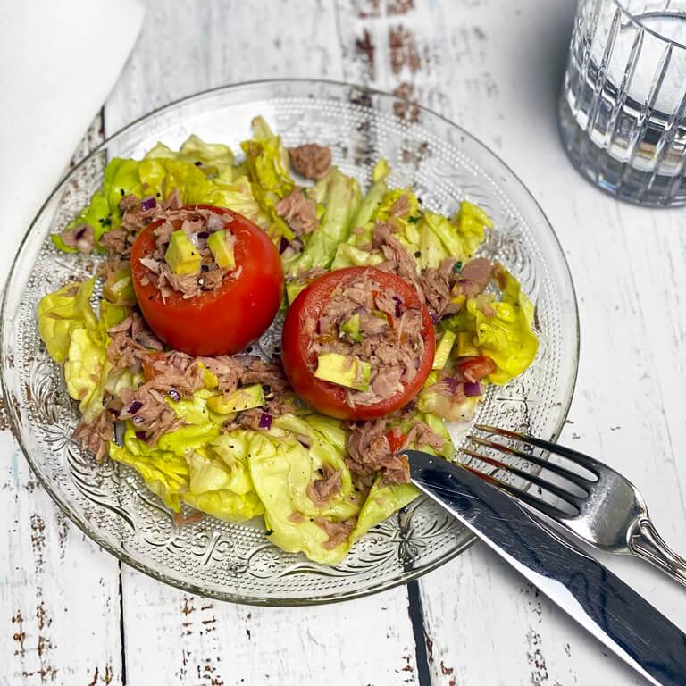 Leicht & Lecker: Tomaten mit Tunfisch-Avocado-Salsa