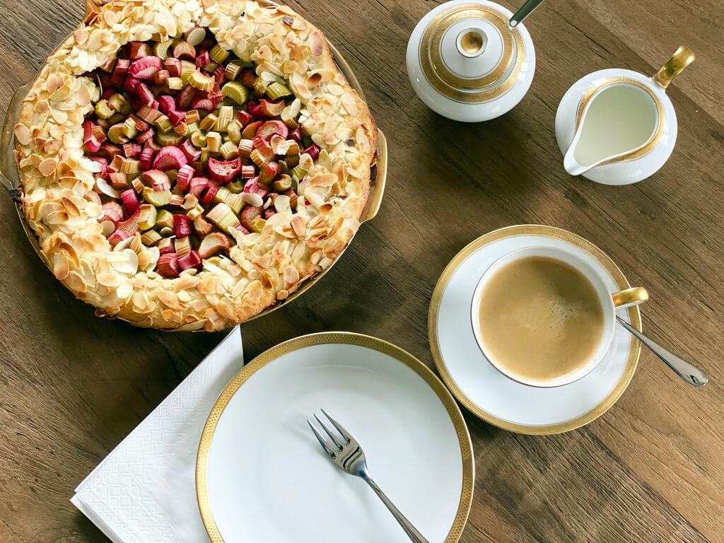 Ein Rhabarber Kuchen von backen.de mit einer Tasse Kaffee